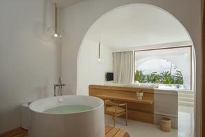 Oceanfront Pool Suite met balkon